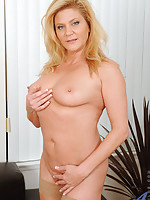 Sophisticated Ginger Lynn gives her herself an unforgettable orgasm by fucking her glass toy